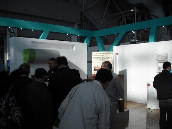 """""""家在金陵""""是本次南京名特优新产品展销会中心展区的主题,聚锋塑木展区吸引不少买了新房正准备装潢的消费者。"""